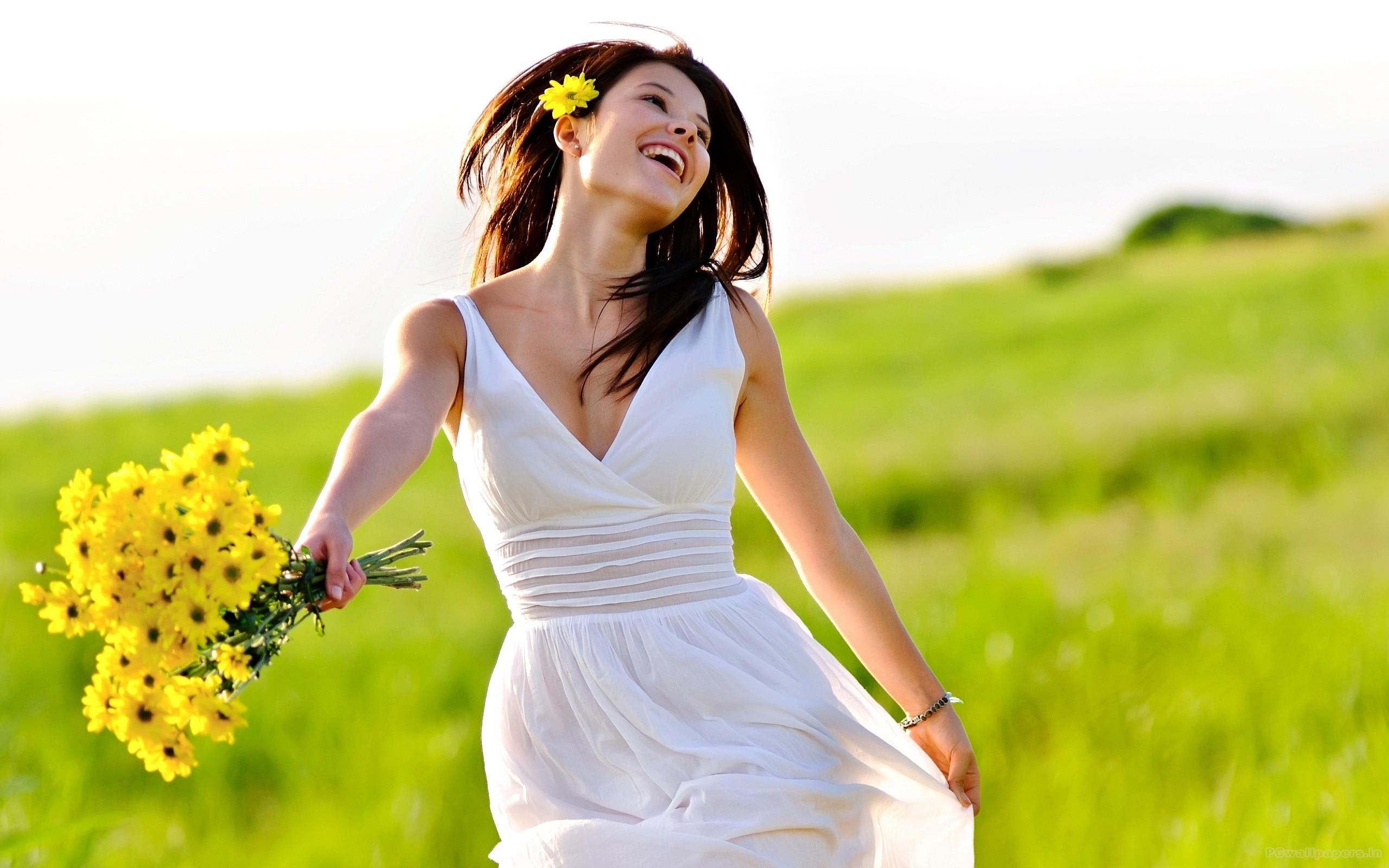 девушка природа белое платье цветы желтые  № 3832581  скачать