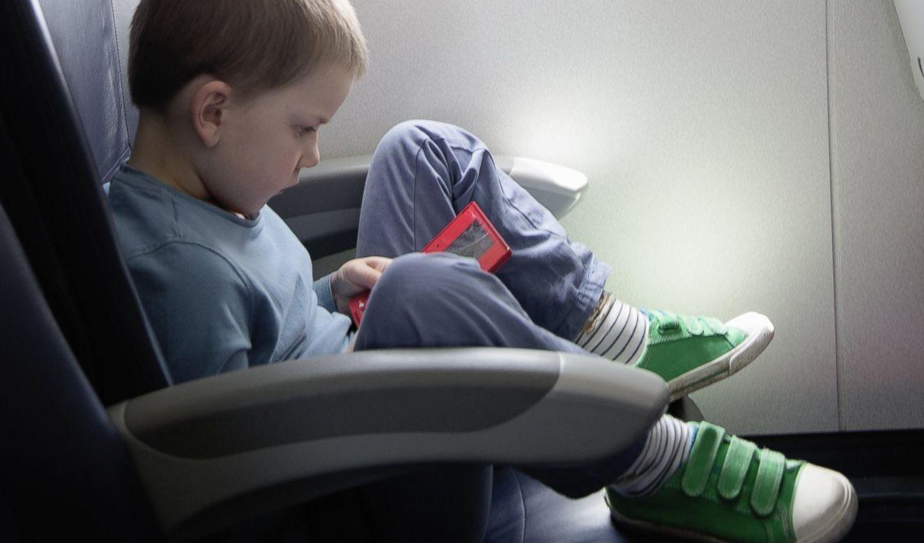 anak naik pesawat