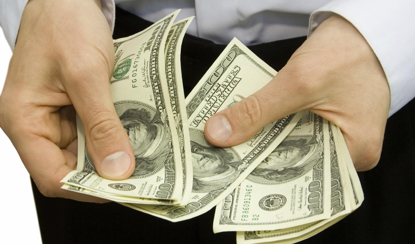 membayar dengan uang tunai