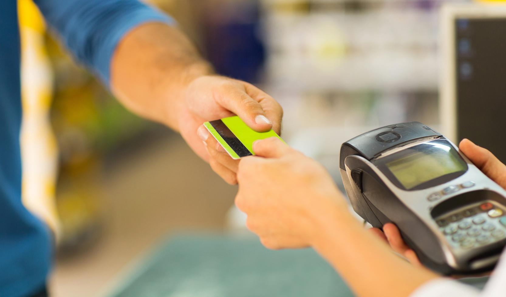 menggunakan kartu debit dengan aman