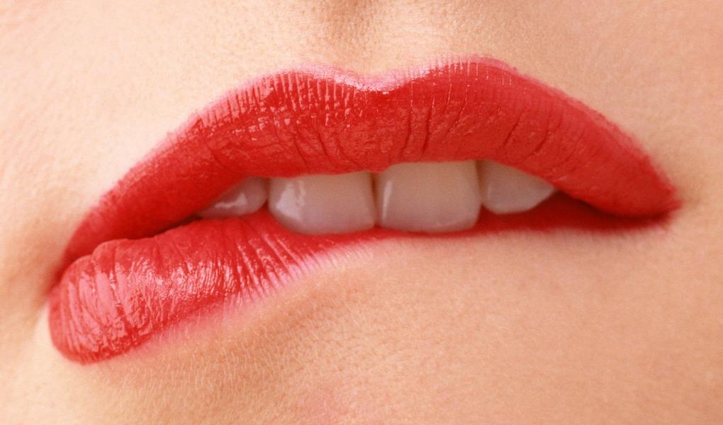 menghilangkan kulit mati di bibir