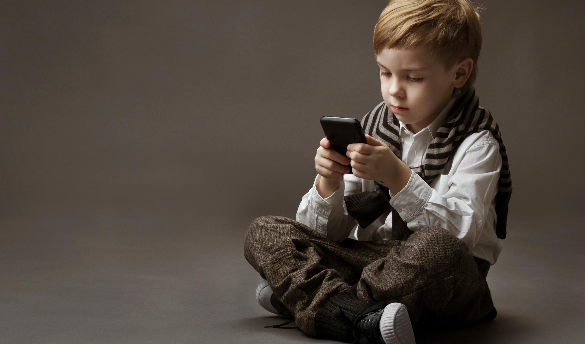 membelikan ponsel untuk anak