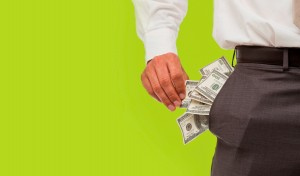 menjaga uang saat traveling
