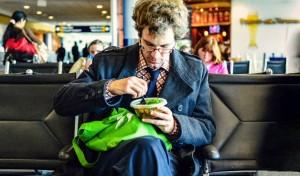 makanan yang dihindari sebelum naik pesawat