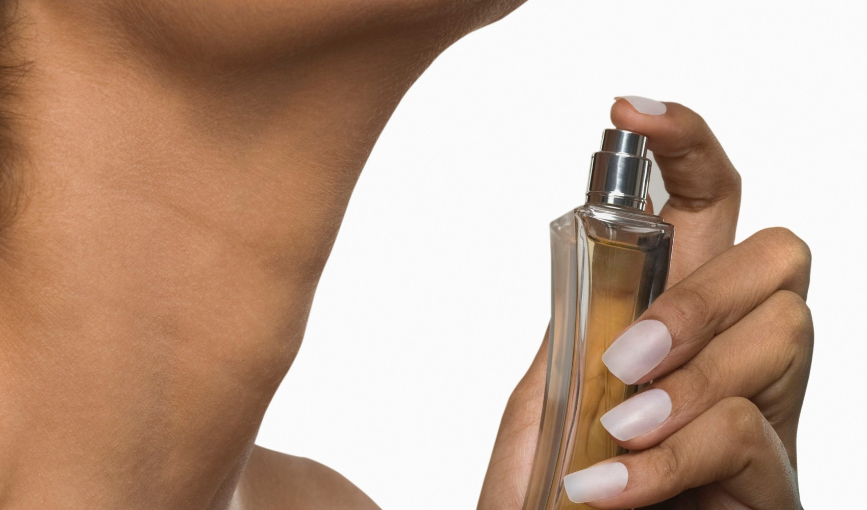 memakai parfum